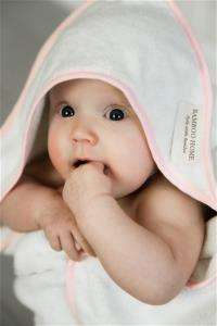 Bambus babyhåndkle med rosa kant på  hetta